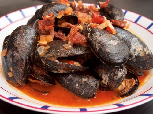 Mussels with chorizo & spiced fries 1