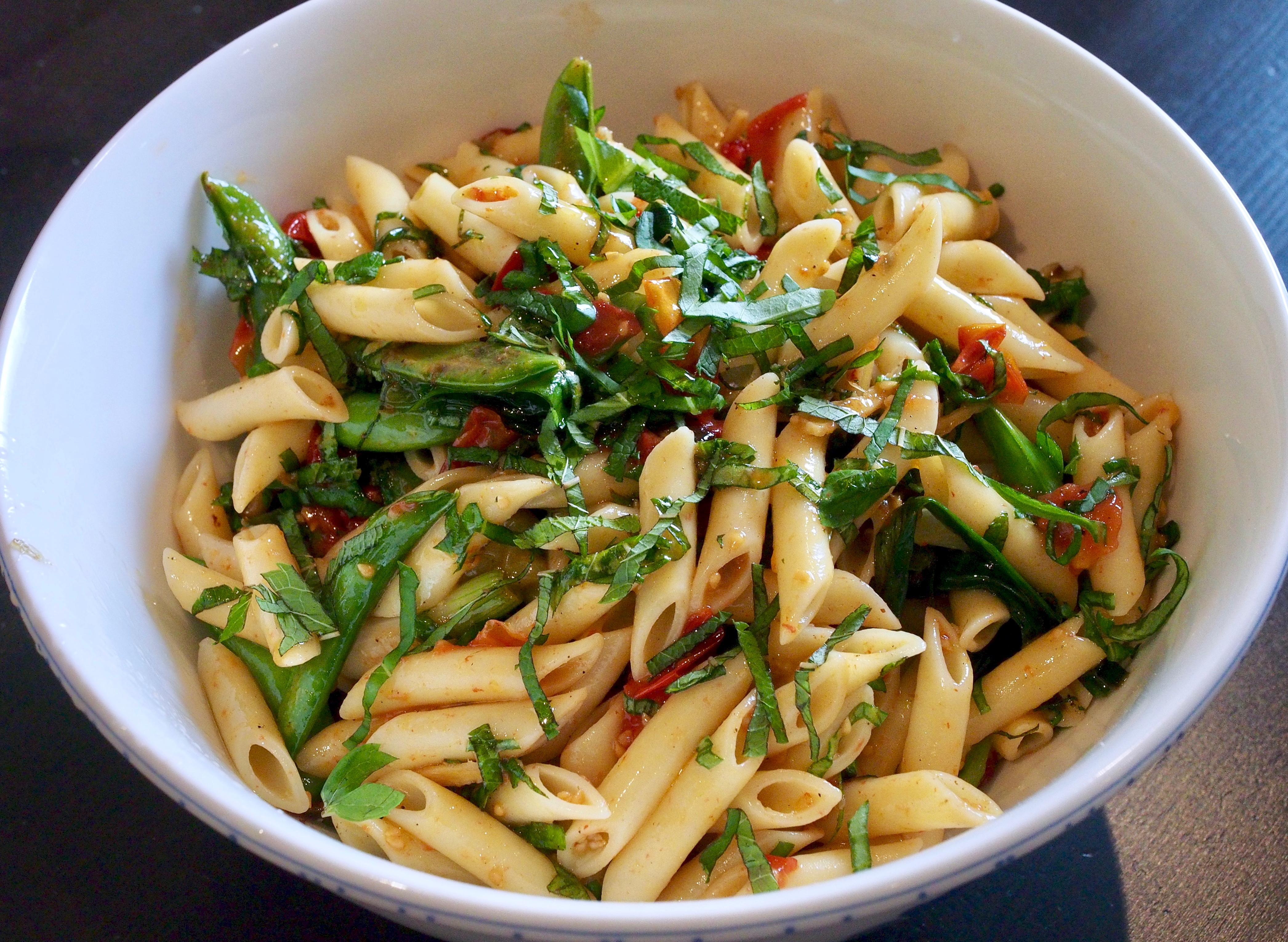 Tomato and sugar snap pea pasta salad