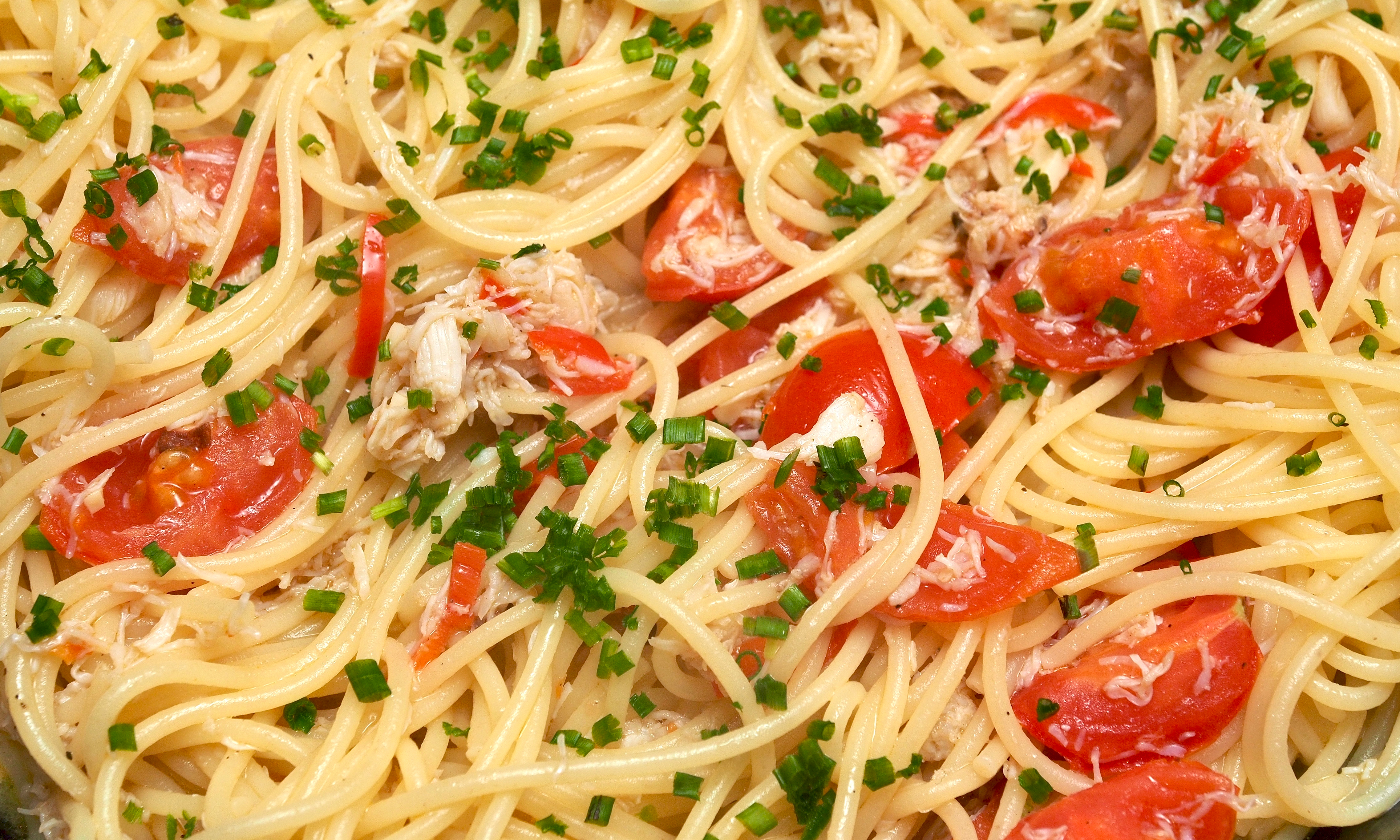 Spaghetti with crab, cherry tomatoes & fresh chillies